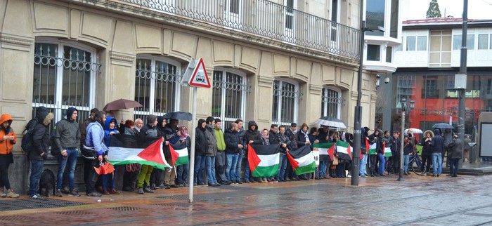 Israelgo enbaxadoreari protesta artean egin diote harrera Eusko Legebiltzarrean