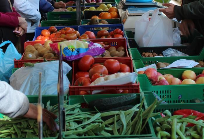 Arabako baserrietako produktuak salgai, larunbatean, Urrezko Zeledonen plazan