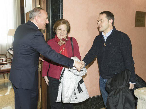 Borja Lazaroren senideei harrera  egin die diputatu nagusiak