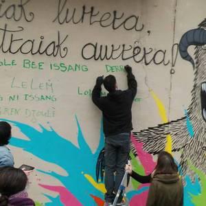 Kulturartekotasunaren aldeko murala egin dute Adurtzan