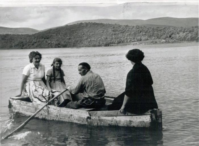 Garaioko Eraña familiak urtegiaren beste aldean zituen lurrak, eta txalupa batean zeharkatzen zuten horietara joateko. Eraña familia