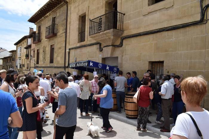 Plazara aterako dute ardoa Bastidan