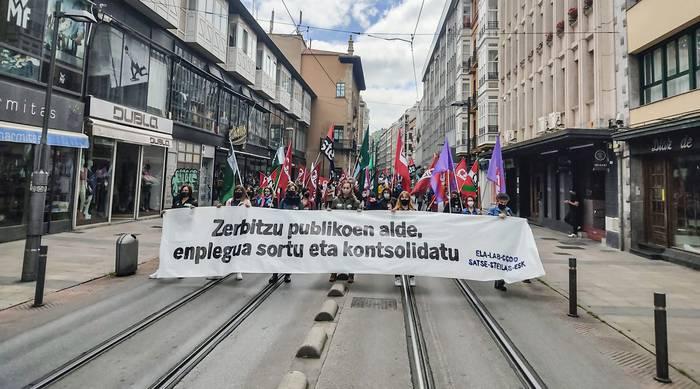 Enplegu publikoa kontsolidatzea eskatuz, kalera itzuli dira sindikatuak
