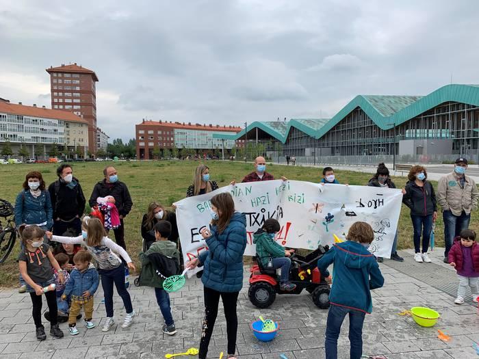 Barrundiako Eskola Txikiko gurasoek konponbide bat eskatu diote Eusko Jaurlaritzari