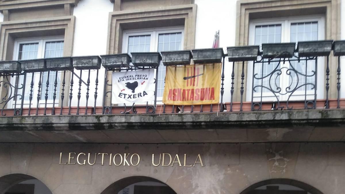 """Legutioko udaletxeko balkoitik """"Euskal presoak Euskal Herrira"""" dioen kartela kentzeko eskatu dute"""