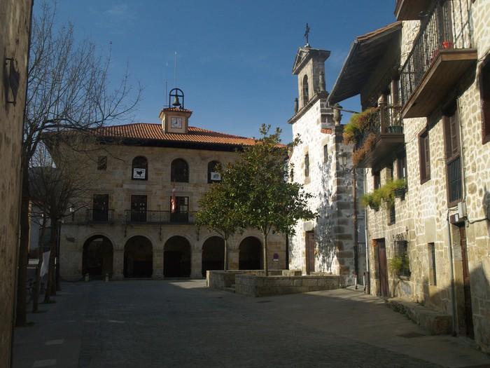 Espainiako bandera jarri behar izan dute Aramaioko udaletxean