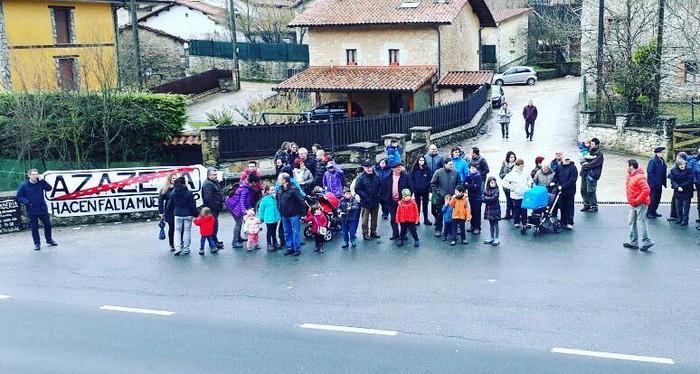 Herria bitan zatitzen duen errepidearen aurka protesta egin dute Azazetan