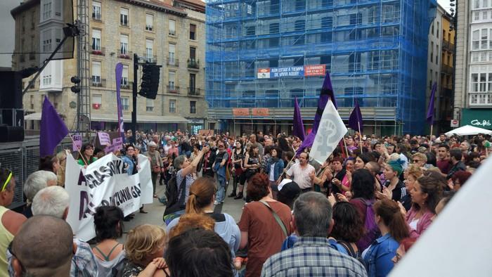Elkarretaratzea egin dute Gasteizen Iruñeko erasotzaileak aske utziko dituztela iragarri ostean