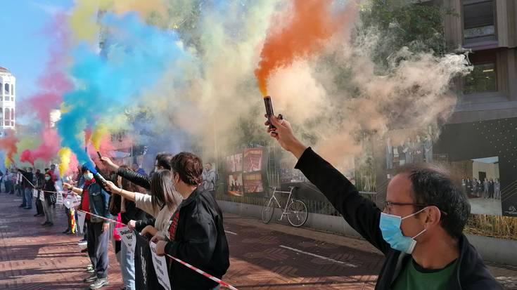 Eusko Legebiltzarra inguratu dute euskal errepublikaren alde
