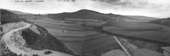 1956. urtean, urtegia urez bete aurretik; eskuman, Uribarriko presa ikusten da. ARABAKO LURRALDE HISTORIKOAREN AGIRITEGIA