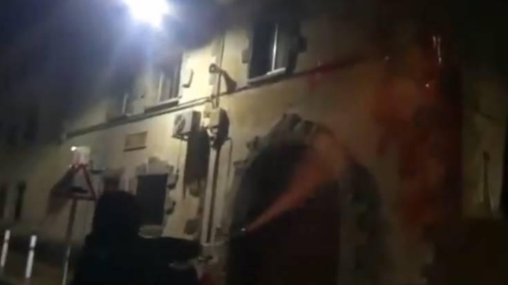 Kanpezuko Guardia Zibilaren kuartela margotu eta Espainiako bandera lapurtu dute
