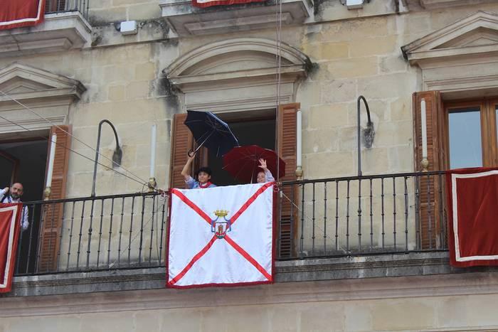 Edurne eta Zeledon txikik Andre Maria Zuriaren plazan hartuko dute Zeledonen lekukoa