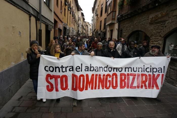 """Udalaren """"utzikeria"""" salatu dute Santo Domingoko bizilagunen aldeko manifestazioan"""