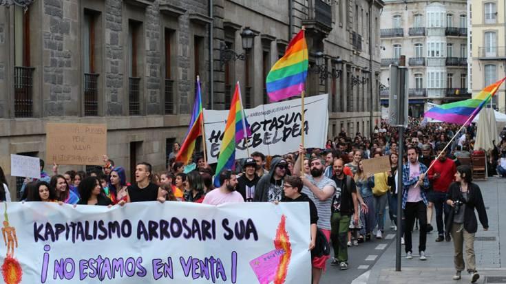 Kustodia kendu diete gay izateagatik semea jipoitu zuten gurasoei