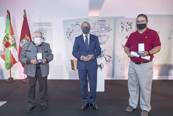 Arabako Arkeologia Institutuaren eta Armando Llanosen ibilbidea goraipatu dute