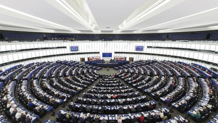 Europa: hain gertu, hain urrun