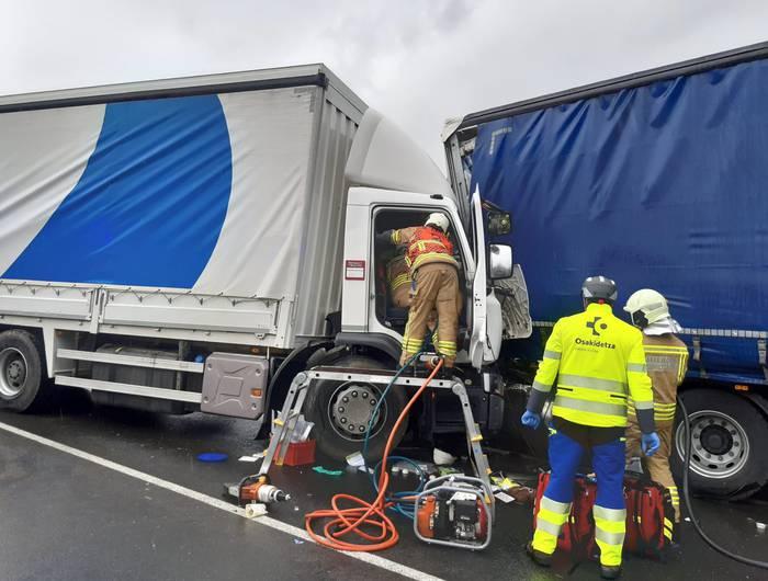 Kamioilari bat hil egin da bi kamioiren arteko talka baten ondorioz, Donemiliagan