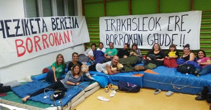 Hezkuntzako profesionalen egoera salatzeko protesta egin dute Kanpezun