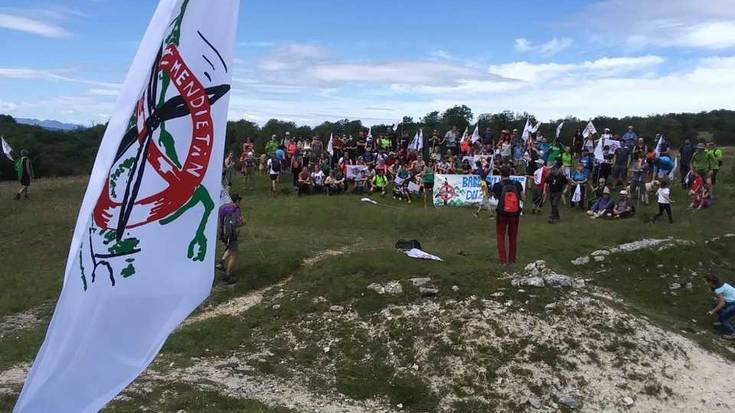 Iturrietako Mendietara martxa egin dute, proiektu eolikoen aurka