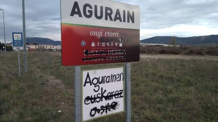 Margoketak agertu dira Aguraingo sarrerako kartelean