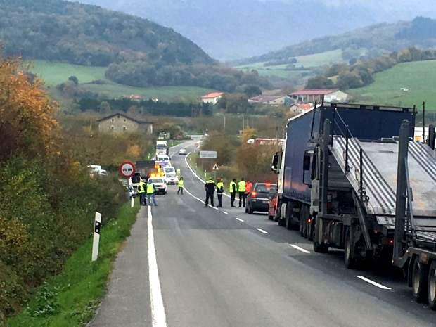 Gizon bat hil da Amurrion, kamioi batek eta furgoneta batek talka egin ostean